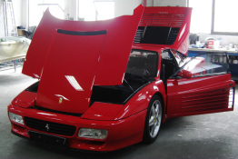 Ferrari 512 mit roter Lackierung