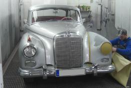 Oldtimer Mercedes mit silberner Lackierung